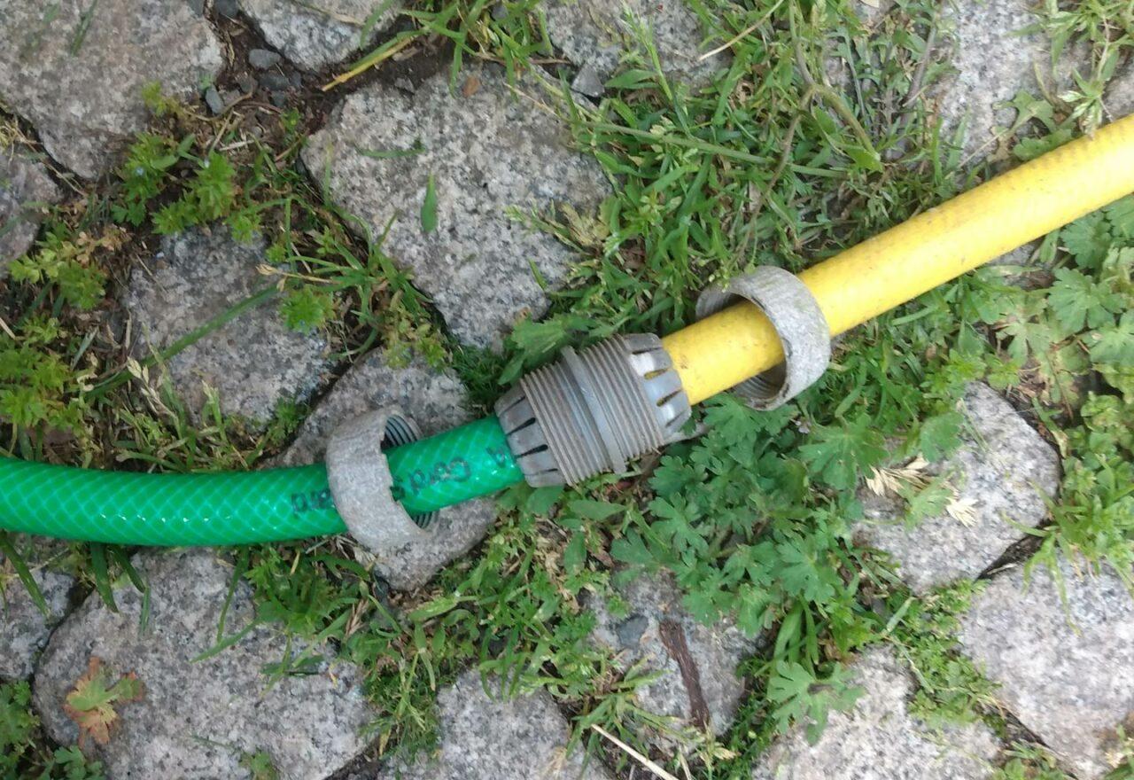 Loch im Gartenschlauch mit Reparator reparieren